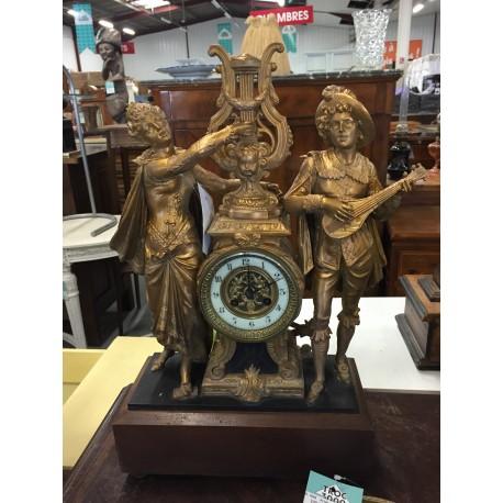 Pendule ancienne dorée personnages couple